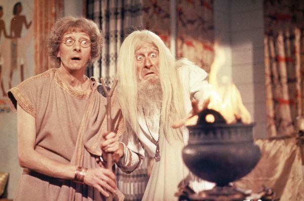 Charles Hawtrey as Seneca and Jon Pertwee as the soothsayer in a scene from Carry On Cleo