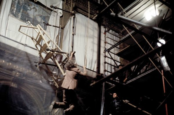 Donald Sutherland dangles from scaffolding in a scene of Don't Look Now (1973)