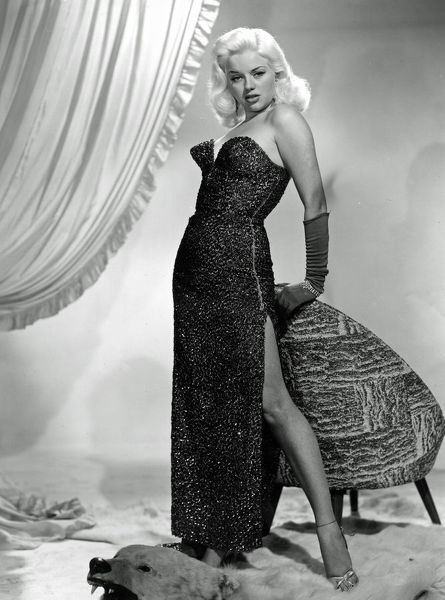 who played Mary Hilton in the drama Yield To The Night directed by J. Lee Thompson in 1956
