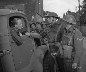 British soldiers exchange information on the way to Dunkirk