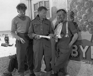 Corporal Bins (John Mills) and a wounded British soldier