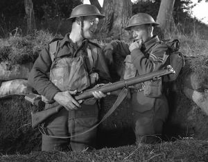 Robert Urquhart as Private Mike and John Mills as Corporal Bins